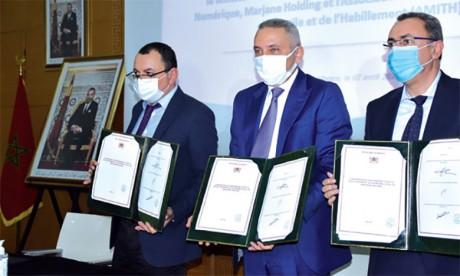Moulay Hafid Elalamy entouré du PDG de Marjane Holding, Ayoub Azami (à gauche) et du président de l'Amith, Mohamed Boubouh. Ph.Seddik