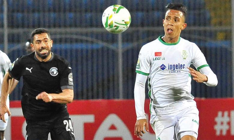 Soufiane Rahimi filant droit au but pour inscrire le troisième but de la partie.