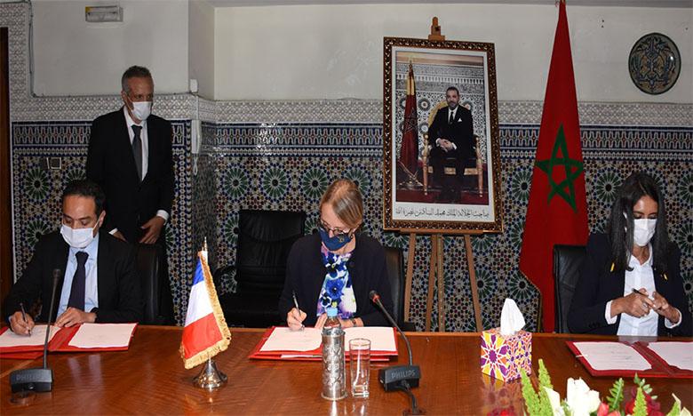 La convention a été conclue par la ministre Nadia Fettah Alaoui, l'ambassadrice de France au Maroc, Hélène Le Gal, et le directeur de l'AFD à Rabat, Mihoub Mezouaghi     Ph. Kartouch