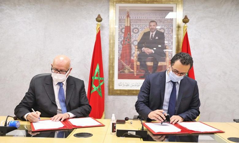 La convention a été signée par Othman El Ferdaous, ministre de la Culture, de la Jeunesse et des Sports, et Omar Seghrouchni, président de la CNDP. Ph. MAP