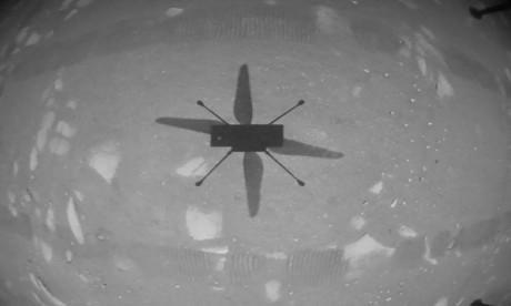 L'hélicoptère Ingenuity a lui-même envoyé une photo en noir et blanc, montrant son ombre sur la planète rouge. Ph. AFP