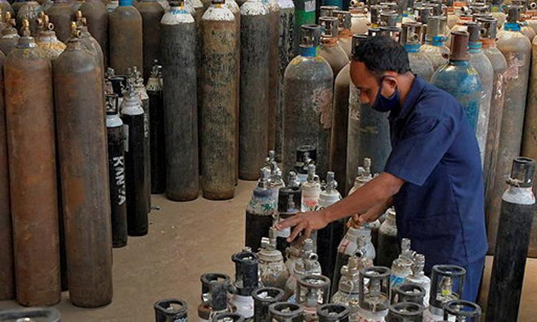 Le ministère indien de la Défense a annoncé importer d'Allemagne 23 unités mobiles de production d'oxygène par avion d'ici une semaine.