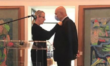Le président-directeur général du Groupe OCP, Mostafa Terrab, reçoit les insignes d'Officier de la Légion d'honneur de la France