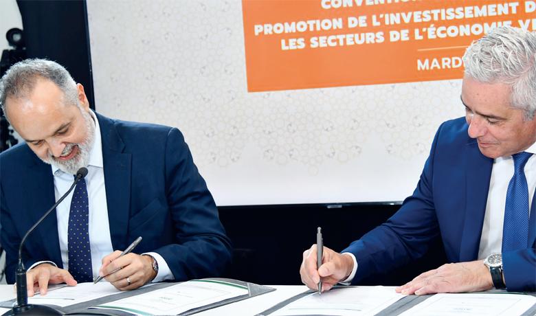 Jalil Sebti, DG de la Banque commerciale du groupe BCP, et Saïd Mouline, DG de l'AMEE, signant la convention.