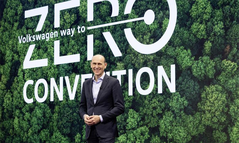 L'entreprise souhaite réduire ses émissions européennes de CO2 de 17 tonnes par véhicule en moyenne d'ici 2030, soit 40% de moins qu'en 2018.