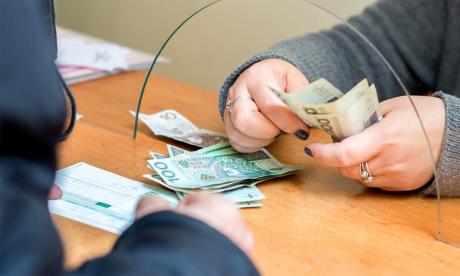 Les transferts d'argent vers les pays pauvres ont peu baissé en 2020
