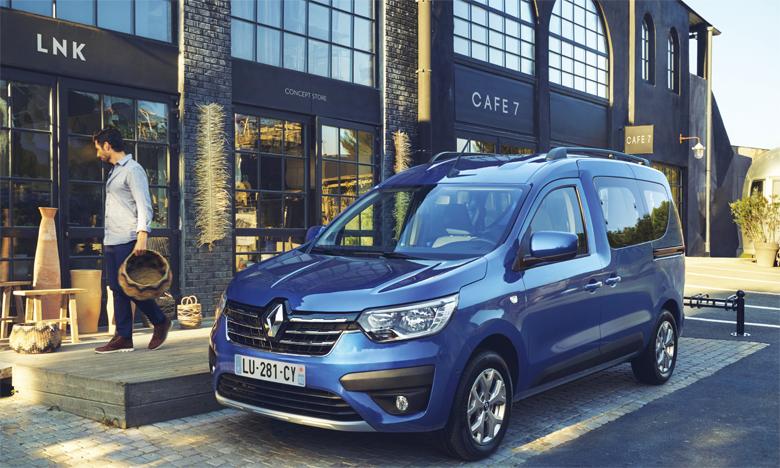 Le nouveau Renault Express exprime robustesse et dynamisme grâce à un bouclier vertical, une grille de calandre haute, un capot nervuré et des lignes fluides.