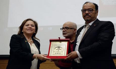 Le président de l'Université et le doyen de la Faculté des lettres ont échangé des armoiries  avec la diplomate colombienne, qui a offert, à son tour, une série de publications.