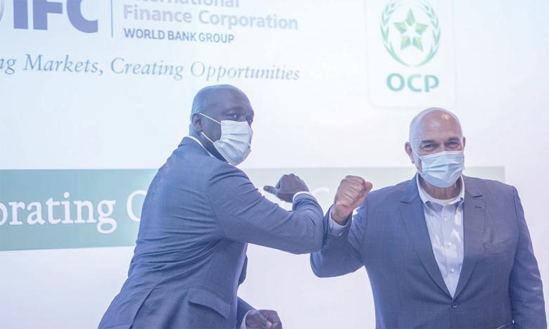 Le groupe OCP et la filiale de la Banque mondiale scellant leur nouveau partenariat.