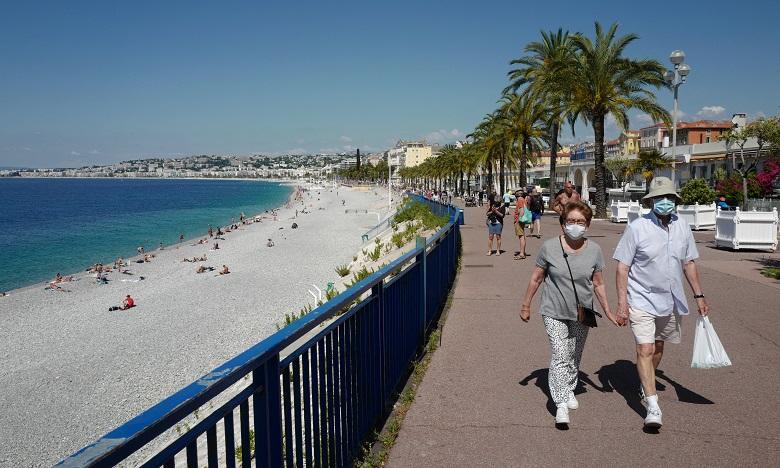 La France met fin au port du masque à l'extérieur