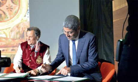 Signature de la convention de partenariat avec l'ONMT par son  directeur général, Adel El Fakir, et le président de la FNM, Mehdi Qotbi.