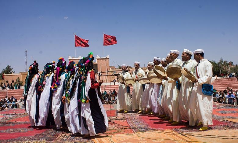 22 troupes folkloriques des arts d'Ahwach, regroupant plus de 600 artistes, à Ouarzazate, de présenter des spectacles mettant en valeur la richesse et la diversité de ce patrimoine artistique et culturel ancestral. Ph : DR