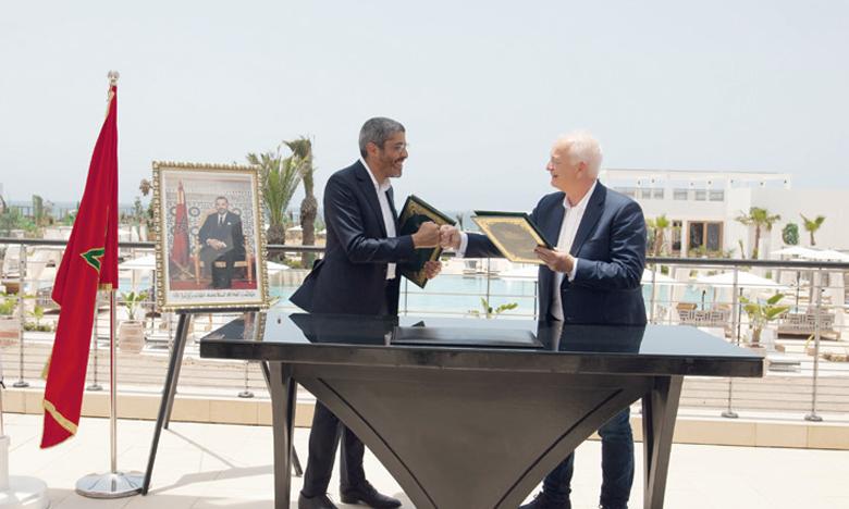 Signature de la convention entre Adel El Fakir, DG de l'ONMT, et Eddie Wilson, CEO de Ryanair.