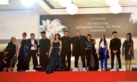 """Cannes 2021 : Standing ovation pour l'équipe du film """"Haut et Fort"""" de Nabil Ayouch"""