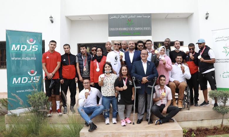 Les athlètes paralympiques arborant fièrement leurs médailles à l'issue de la réception organisée en leur honneur par la Fondation Mohammed VI des champions.