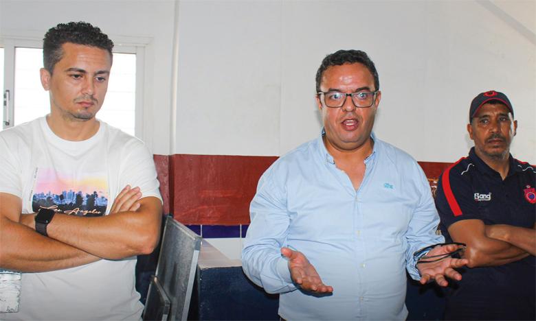 Anouar Dbira, président de l'OCS (au milieu).