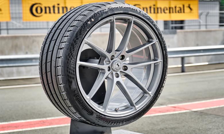 Grâce à la conception adaptative asymétrique de la bande de roulement, le nouveau SportContact 7 peut s'adapter aux routes sèches et humides.