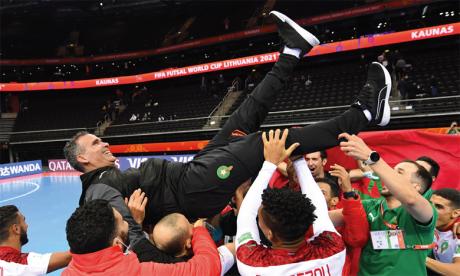 Sous les acclamations, l'entraîneur Hicham Dguig a été lancé en l'air à plusieurs reprises par les joueurs.