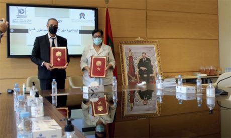 La convention a été signée par Soulma Taoud, présidente de la CRDH de Tanger-Tétouan-Al Hoceïma, et Bouchta El Moumni, président de l'UAE.