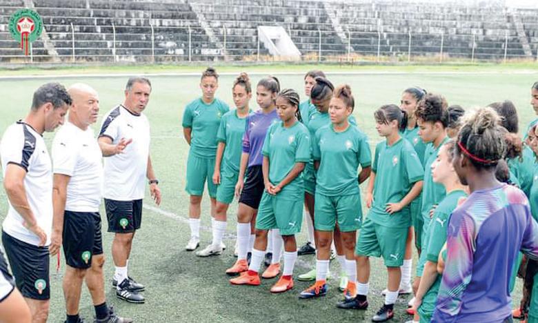 L'entraineur national, Patrick Cordoba, a donné ses dernières instructions vendredi à ses joueuses lors de dernière séance d'entraînement au stade René Pleven.