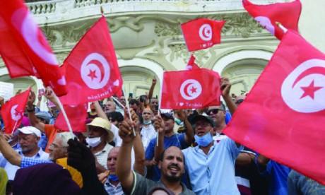 Tunisie : Manifestation et contre-manifestation sur fond d'attentisme et d'incertitude
