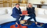 Mehdi Qotbi remet à Mme Macron le catalogue-livre de l'exposition Eugène Delacroix organisée au MMVI de Rabat
