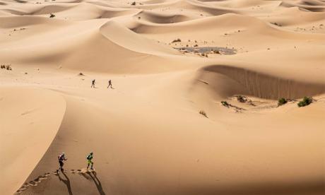 La quatrième étape est la plus longue et compte notamment une vingtaine de kilomètres dans les dunes.
