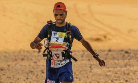 Mohammed El Morabity franchissant la ligne d'arrivée de la troisième étape du Marathon des sables.