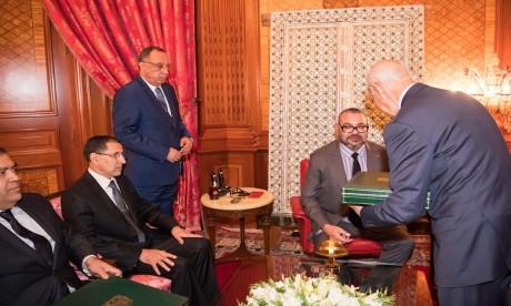 SM le Roi reçoit le Chef du gouvernement, le ministre de l'Intérieur et le premier président de la Cour des comptes, en présence de M. Fouad Ali El Himma