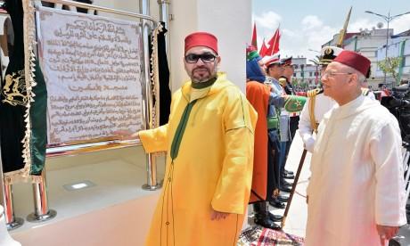 S.M. le Roi inaugure la mosquée «la Palestine» et y accomplit la prière du vendredi