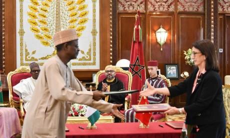 S.M. le Roi et le Chef de l'Etat nigérian président la cérémonie de signature de trois accords de coopération bilatérale, dont un relatif au projet stratégique du Gazoduc