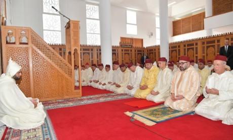 Video : S.M. le Roi, Amir Al Mouminine, accomplit la prière du Vendredi à la mosquée Al Ridouane à Salé