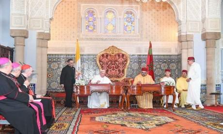 """Video : Amir Al-Mouminine, S.M. le Roi Mohammed VI, et Sa Sainteté le Pape François signent """"l'Appel d'Al Qods"""""""
