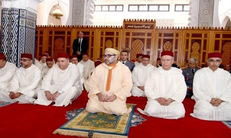 Video : S.M. le Roi accomplit la prière du Vendredi à la mosquée Palestine à Salé