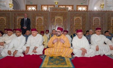 Video : S.M. le Roi accomplit la prière du vendredi à la mosquée Othmane Ibn Affane à Douiyet