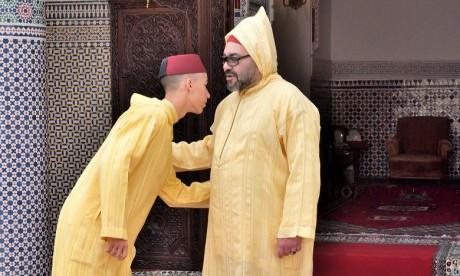 Video : S.M. le Roi accomplit la prière de l'Aïd Al-Fitr et reçoit les vœux en cette heureuse occasion