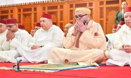 S.M. le Roi accomplit la prière du Vendredi à la mosquée Khalid Ibn Al Walid à Agadir