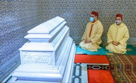 Sa Majesté le Roi, Amir Al Mouminine, se recueille sur la tombe de Feu S.M. le Roi Hassan II