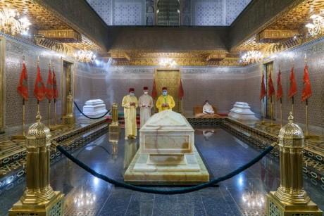 Sa Majesté le Roi Mohammed VI, Amir Al-Mouminine, se recueille sur la tombe de Feu Sa Majesté le Roi Mohammed V