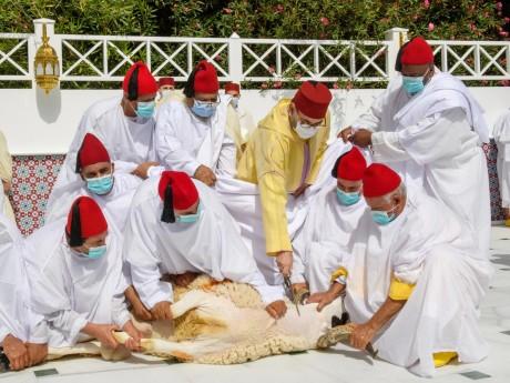 S.M. le Roi, Amir Al-Mouminine, accomplit la prière de l'Aïd Al-Adha et procède au rituel du sacrifice